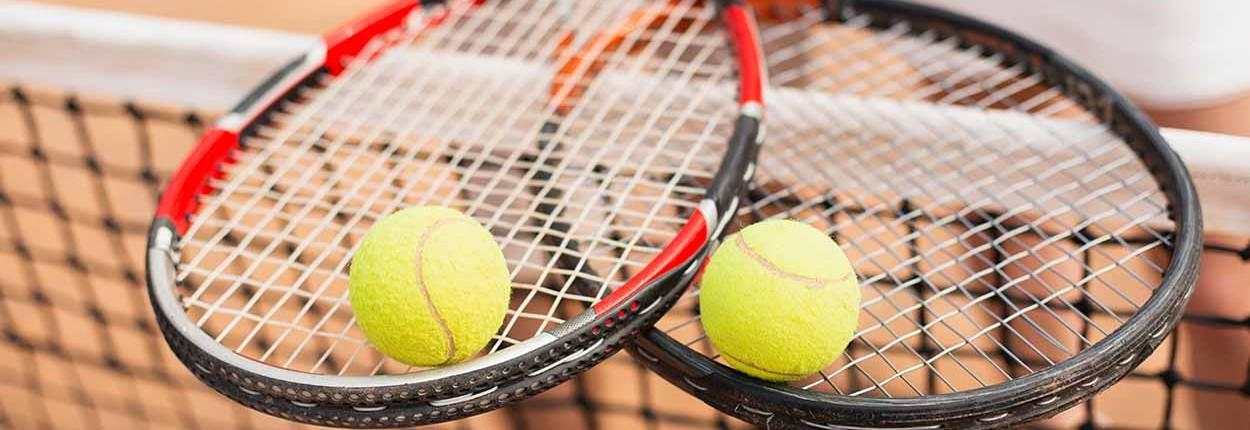 Tennisschläger überkreuzen sich